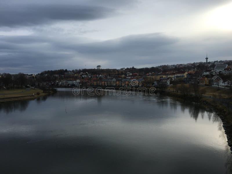 Rivière de Nidelva, Trondheim, Norvège photographie stock