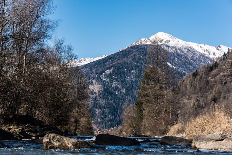 Rivière de Noce entourée par les Alpes italiens Dolomities de montagnes couronnées de neige photographie stock