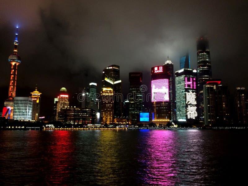 Rivière de nuit de ville de Changhaï photographie stock libre de droits