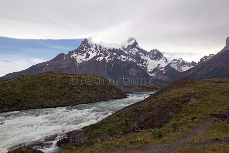 Rivière de Paine en parc national de Torres del Paine, région de Magallanes, Chili du sud photographie stock libre de droits
