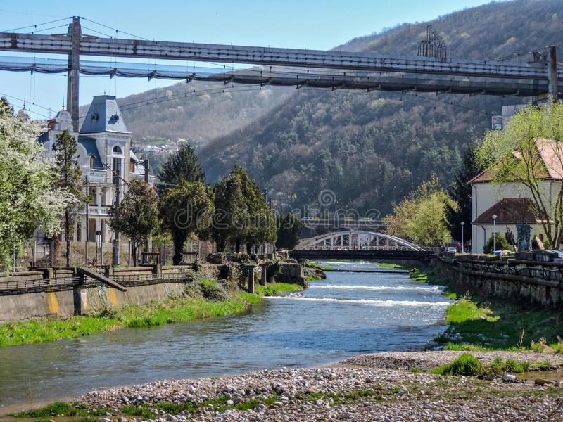 Rivière de paysage urbain de Resita et Mountain View photographie stock libre de droits