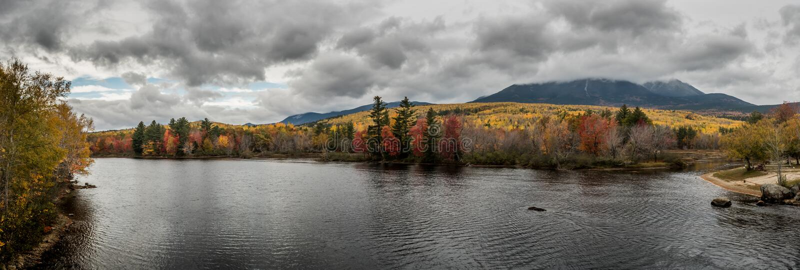 Rivière de Penobscot et panorama de Katahdin de bâti image stock