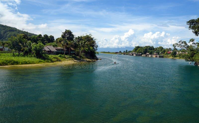 Rivière de Poso près de Tentena l'indonésie photos stock