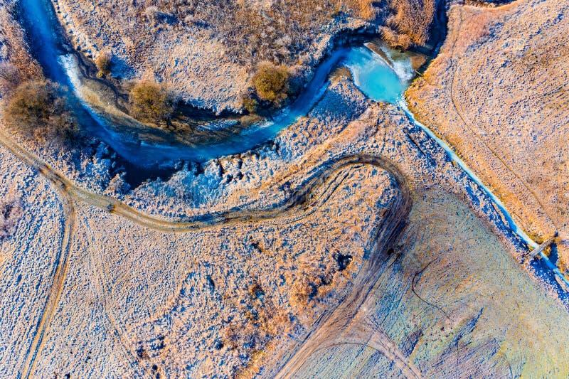 Rivi?re de ressort couverte en glace Antenne rurale de paysage Beau paysage photos stock