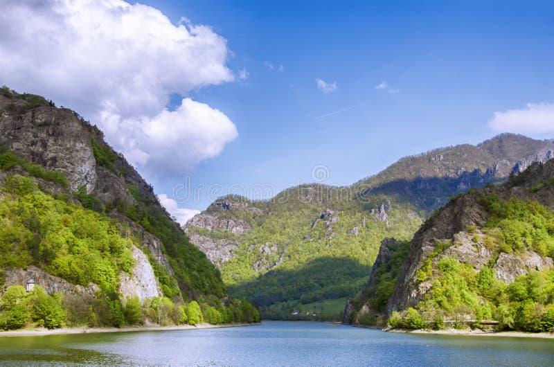 Rivière de ressort dans Montains, Roumanie photos stock