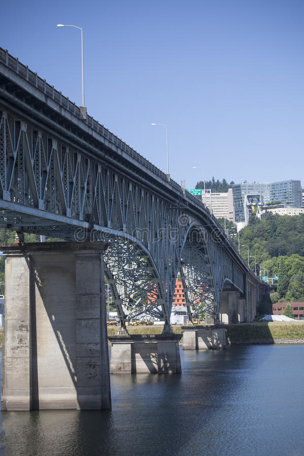 Rivière de Ross Island Bridge Over Willamette à Portland, Orégon photographie stock