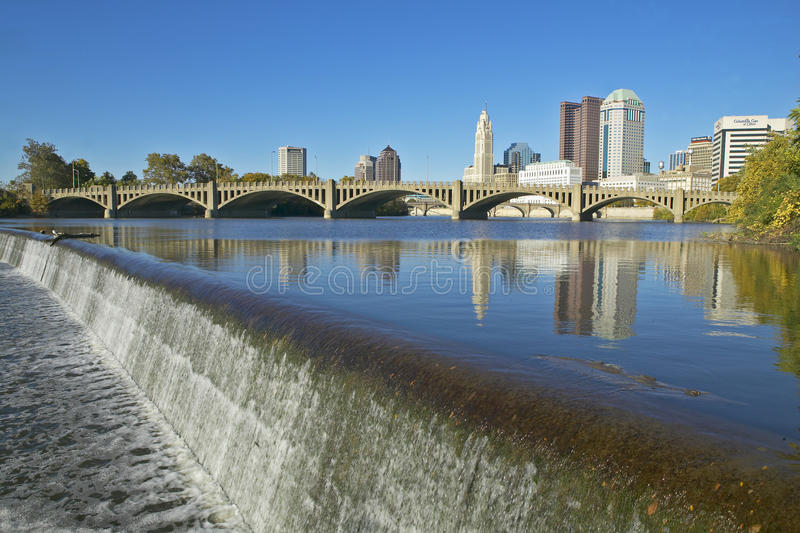 Rivière de Scioto avec la cascade et l'horizon de Columbus Ohio photos stock