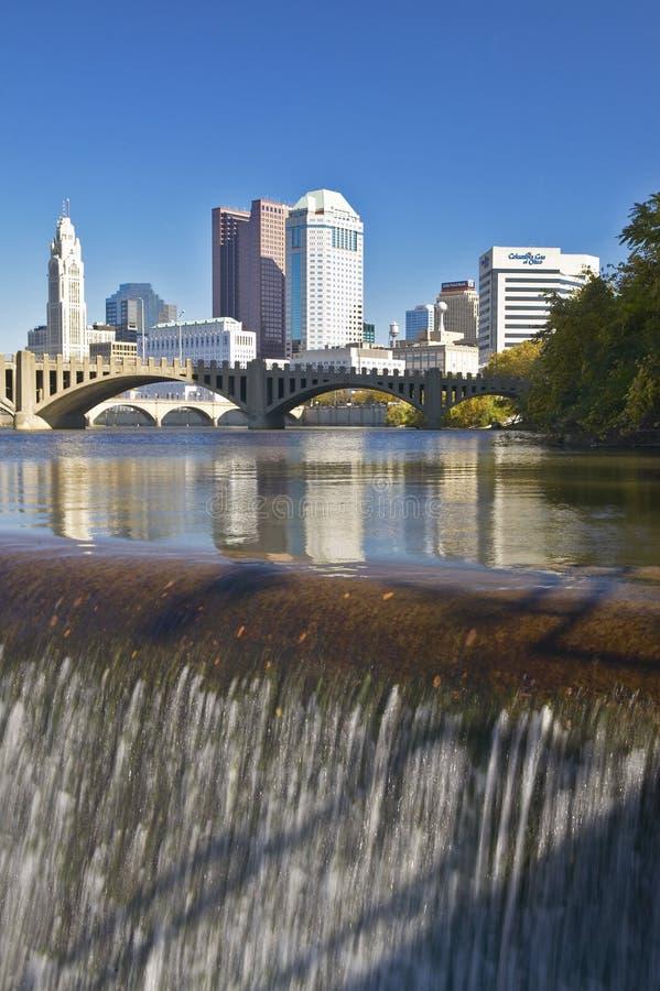Rivière de Scioto avec la cascade et l'horizon de Columbus Ohio, avec la lumière du soleil d'arrangement photos libres de droits