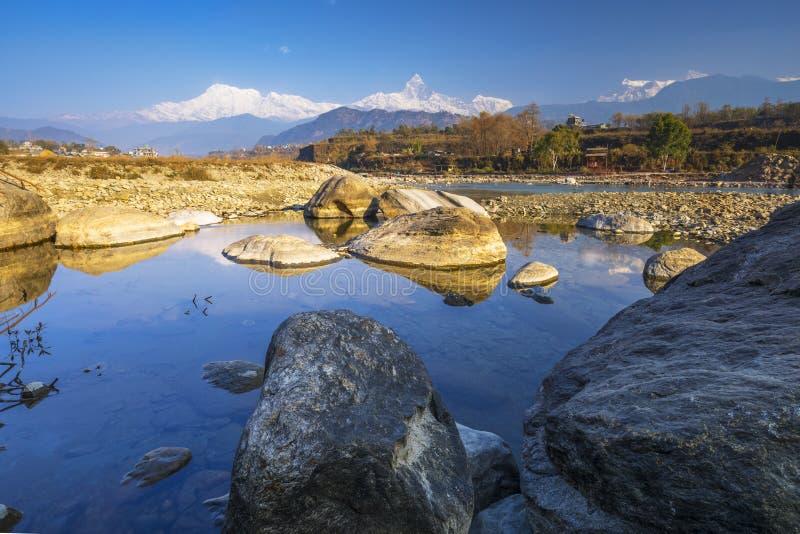 Rivière de Seti Gandaki et montagne en queue de poisson de longue vue photographie stock