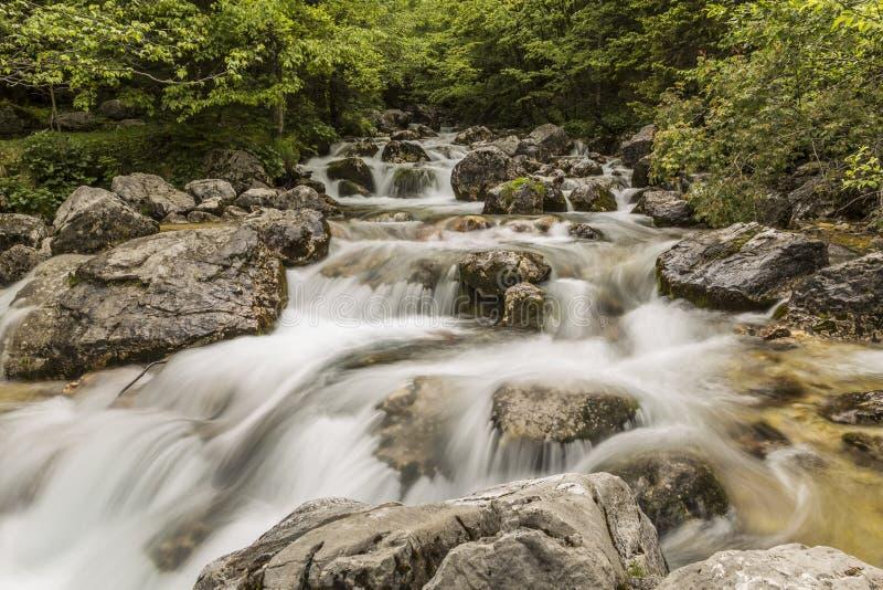 Rivière de Soca dans les montagnes slovènes photos stock