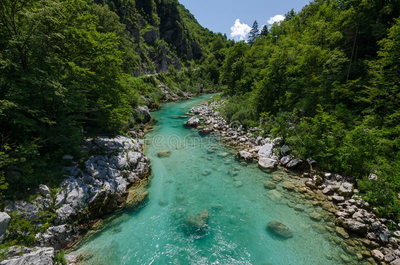 Rivière de Soca près de village de Kobarid, Slovénie photographie stock