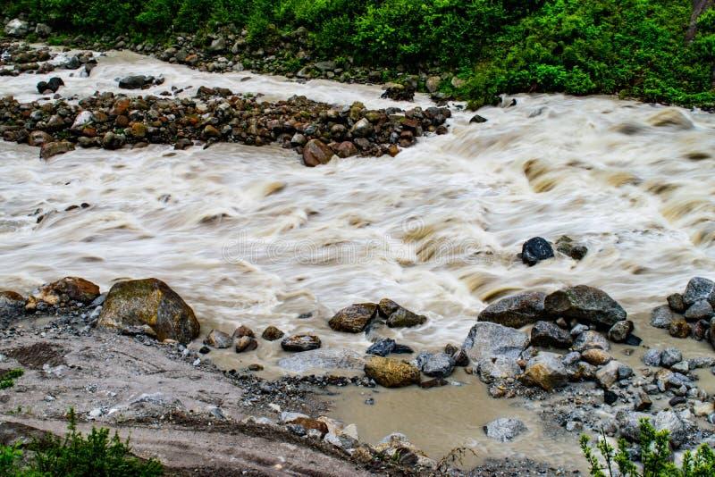 Rivière de Teesta en vallée de montagne image libre de droits