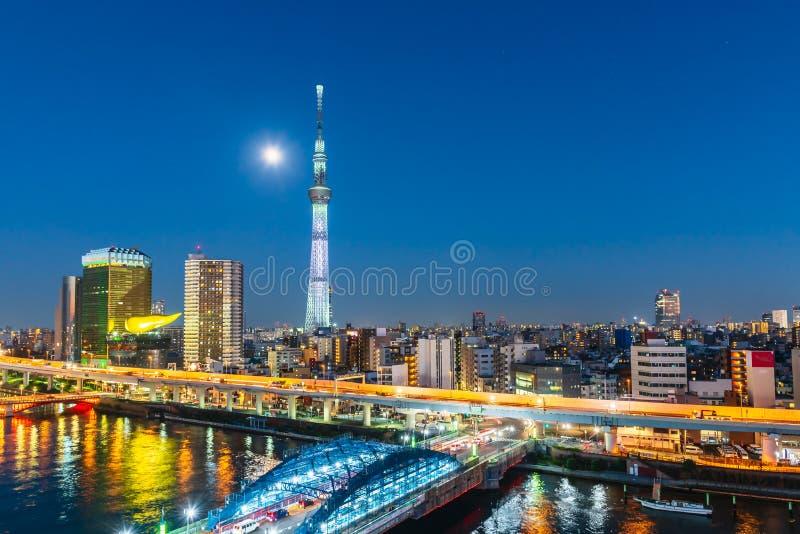 Rivière de Tokyo Skytree et de Sumida la nuit avec la pleine lune dans le secteur d'Asakusa, ville de Tokyo, Japon image libre de droits