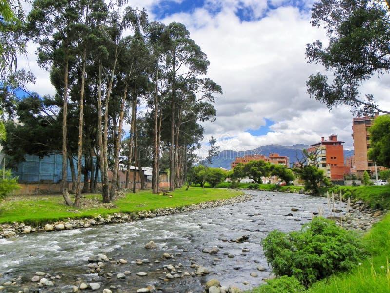 Rivière de Tomebamba qui croise la ville Cuenca, Equateur photo libre de droits