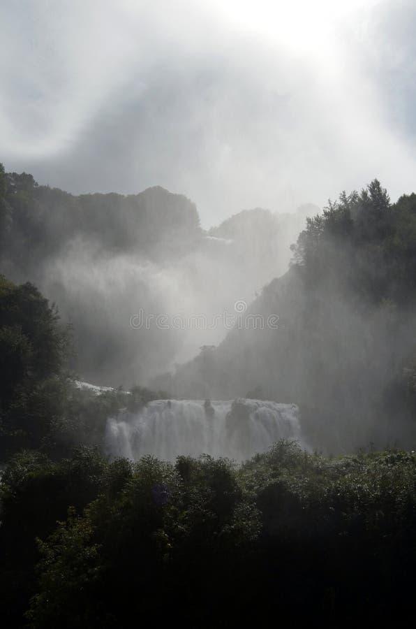 Rivière de Velino des cascades de Marmore (Terni Italie) au premier saut de trois image stock