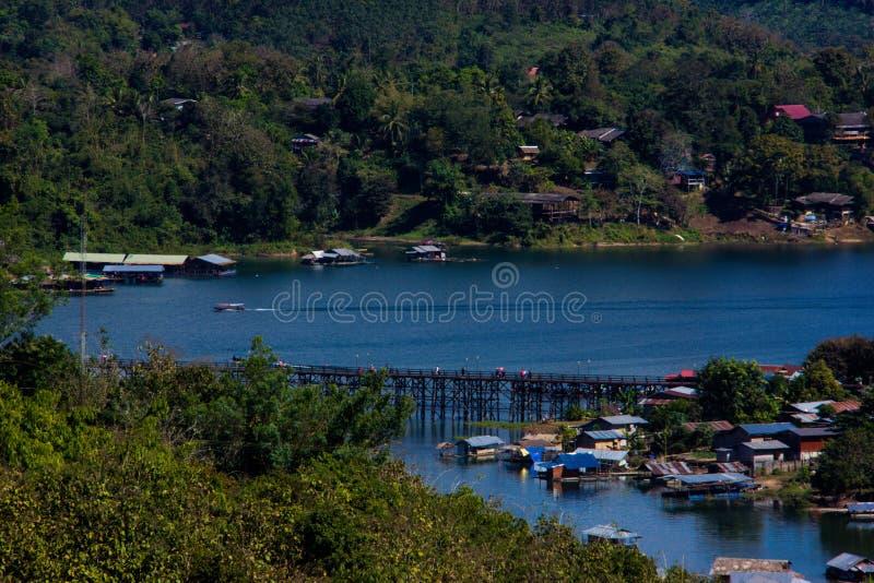 rivière de village dans le sangkhlaburi photo stock
