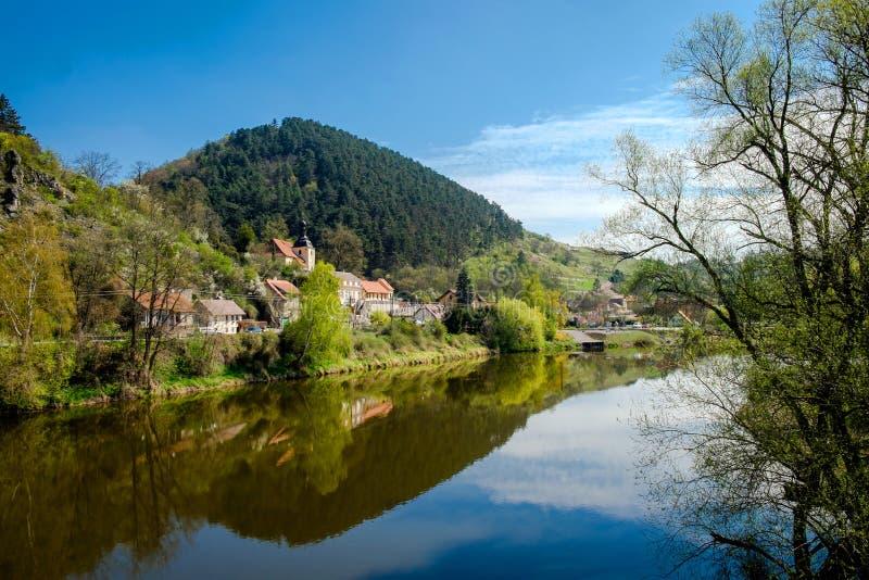 Rivière de village Karlstein et de Berounka, République Tchèque image libre de droits