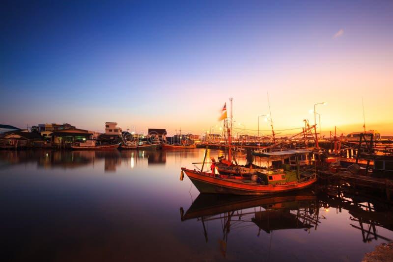Rivière de ville dans le coucher du soleil, Thaïlande photographie stock