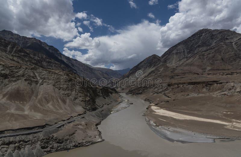 Rivière de Zanskar traversant la gorge de Zanskar dans Leh, Ladakh, Inde, Asie photographie stock libre de droits