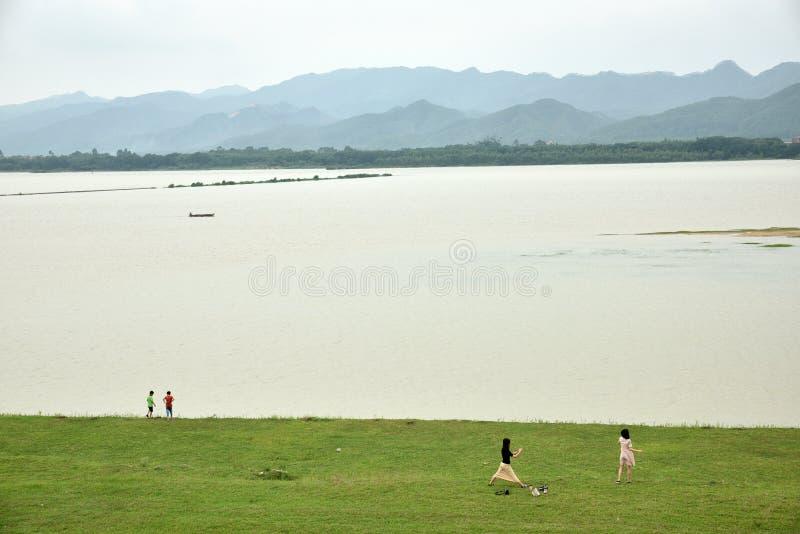 Rivière de Zhu Jiang et ses montagnes photo stock