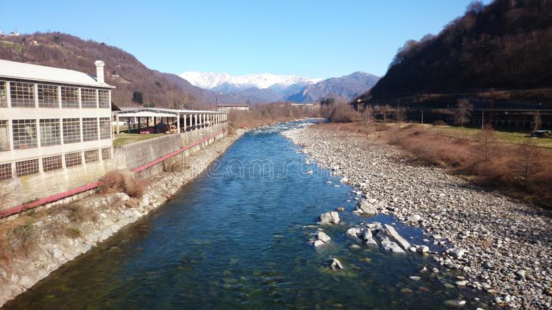 Rivière des montagnes couvertes par glace photos stock