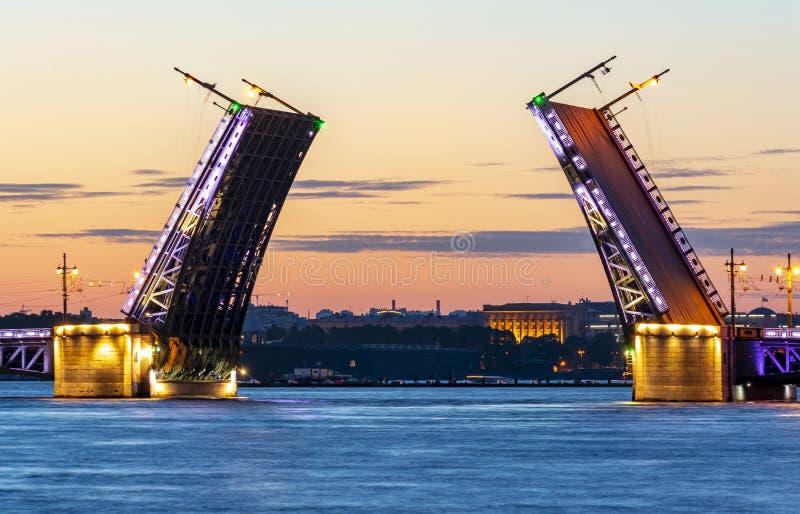 Rivière dessinée de pont et de Neva de palais la nuit été, St Petersburg, Russie photographie stock
