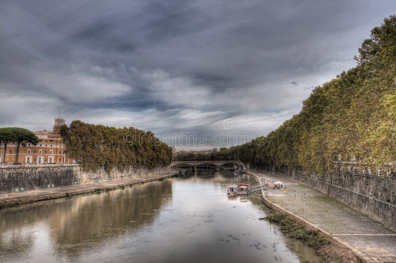 Rivière du Tibre à Rome (Italie) Jour nuageux, réflexions gentilles (HDR) photos libres de droits