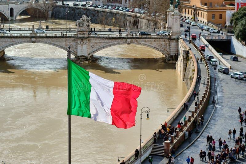 Rivière du Tibre et drapeau de l'Italie à Rome image stock
