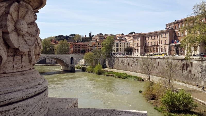 Rivière du Tibre, Rome, Italie - vue du pont de Vittorio Emmanuele images stock