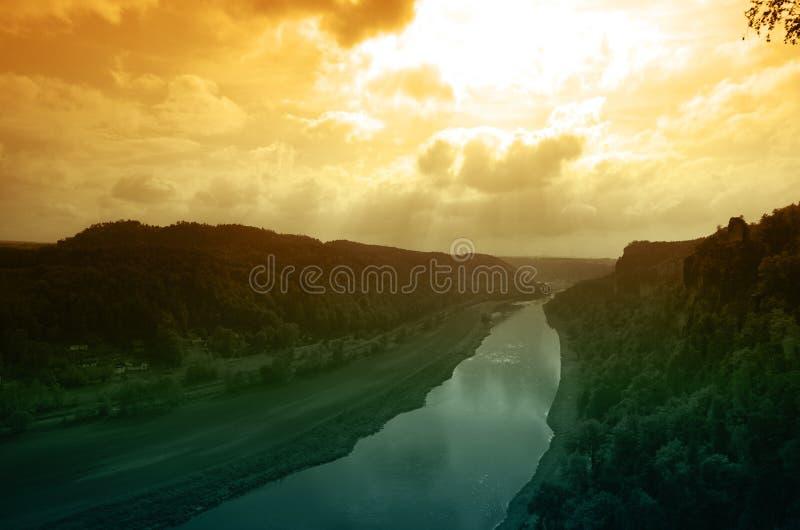 Rivière Elbe sur le coucher du soleil images libres de droits