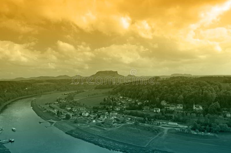 Rivière Elbe sur le coucher du soleil image libre de droits