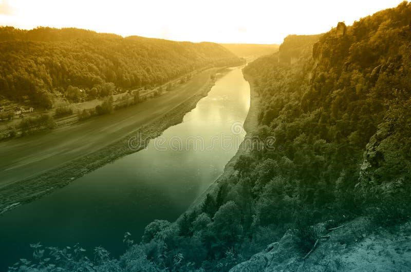 Rivière Elbe sur le coucher du soleil photos stock