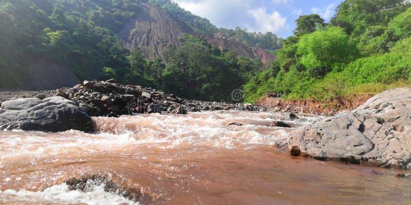 Rivière en collines image libre de droits