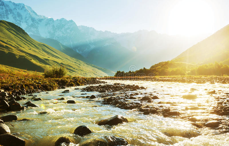 Rivière en montagnes photographie stock