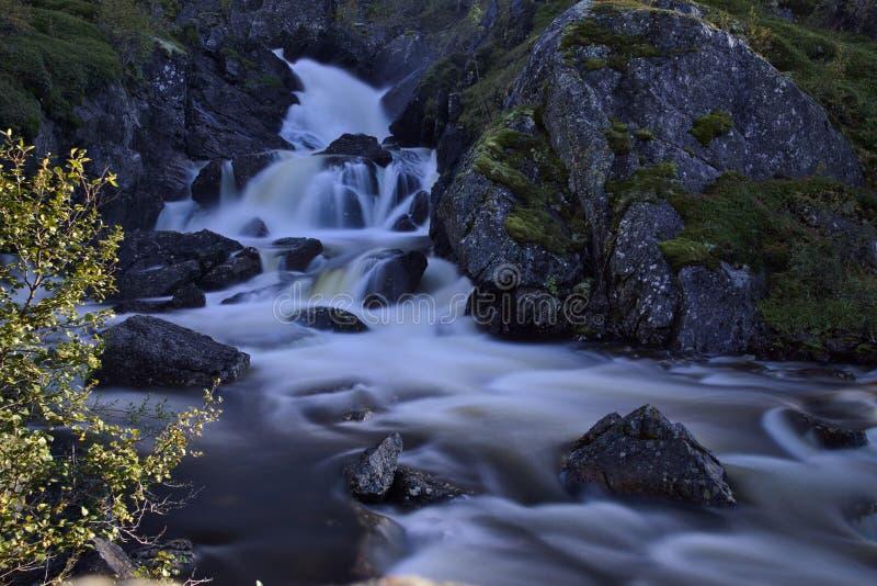 Download Rivière en montagnes photo stock. Image du montagnes - 77152556