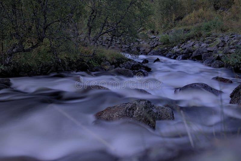 Download Rivière en montagnes image stock. Image du nature, montagne - 77155577