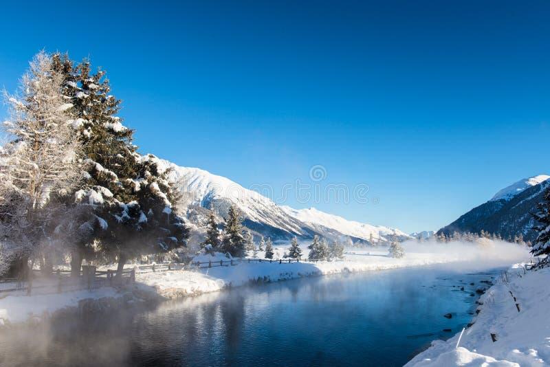 Rivière en montagnes d'hiver photographie stock libre de droits