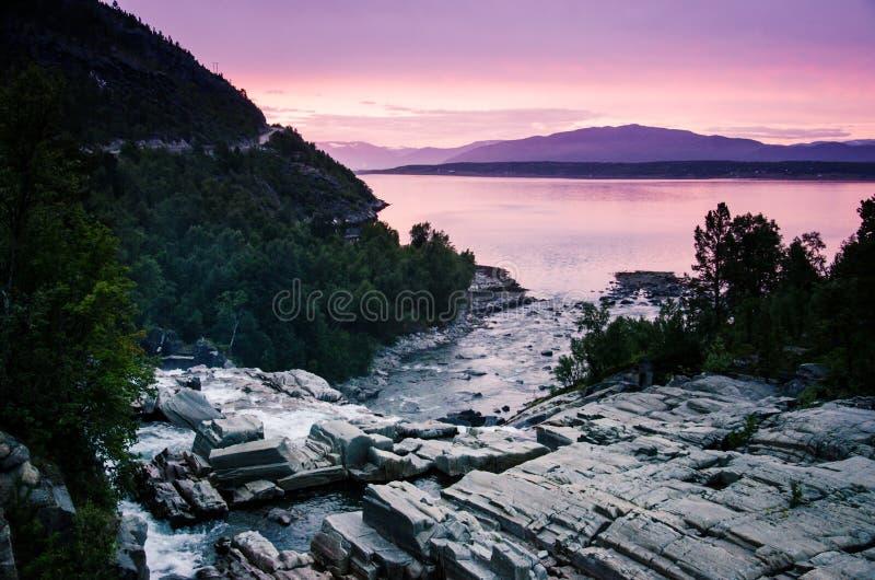 Rivière en Norvège du nord près d'Alta pendant le beau et romantique crépuscule Alta, Finnmark, Norvège du nord image stock