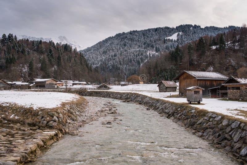 Rivière en vallée de Loisach, Garmisch-Partenkirchen image stock
