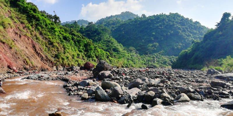 Rivière entrant dans la montagne photos stock
