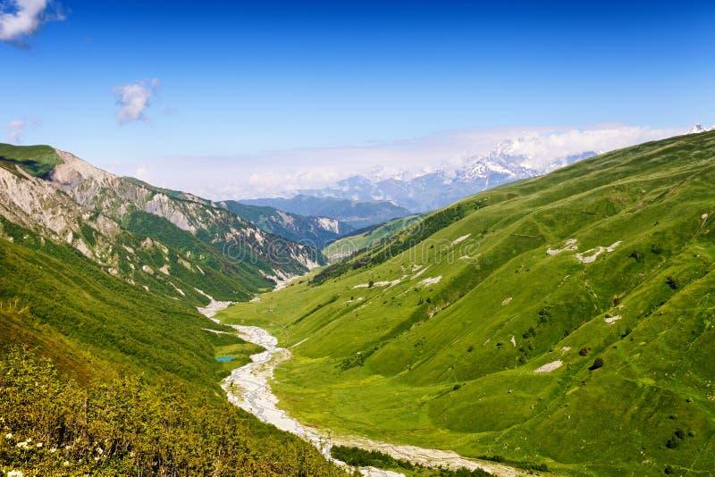 Rivière entre les collines vertes, paysage d'été photo stock