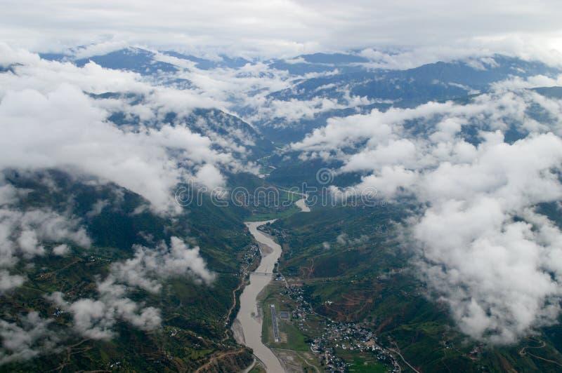 Rivière entre les montagnes nuageuses photographie stock