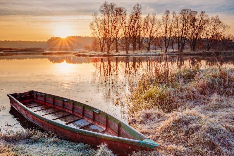 Rivière et bateau de pêche d'aviron au beau lever de soleil image stock
