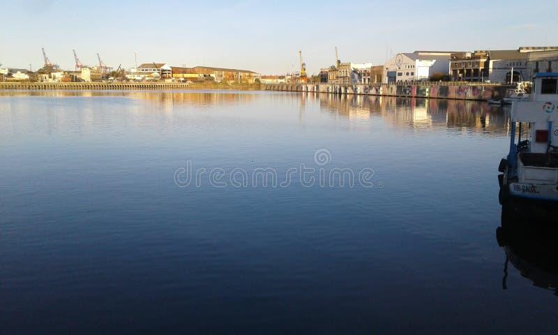 Rivière et bateaux images stock