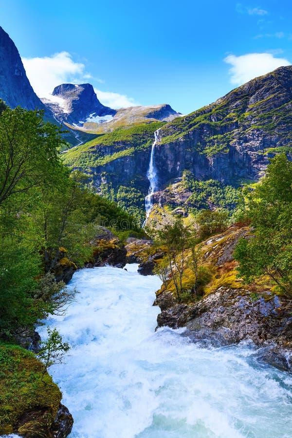 Rivière et cascade en Norvège photos stock