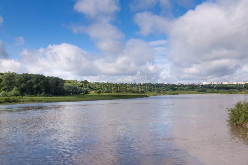 Rivière et ciel bleu photo stock