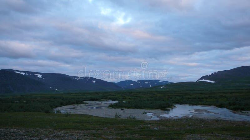 Rivière et ciel de montagnes de toundra photo stock