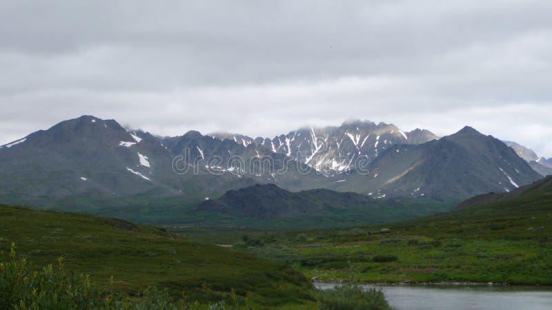Rivière et ciel de montagnes de toundra image stock