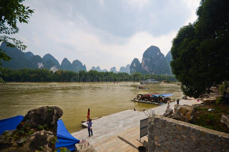 Rivière et collines vertes dans le sud de la Chine photos libres de droits
