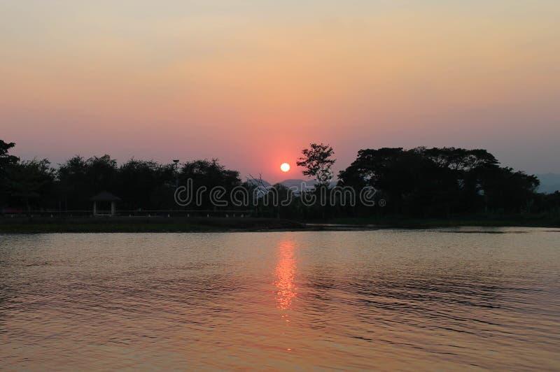 Rivière et coucher du soleil photographie stock